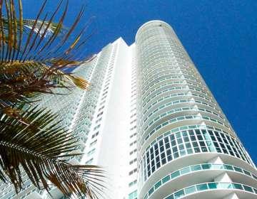 El edificio tiene vista al mar y amplias áreas verdes. Foto: Twitter