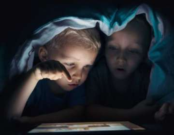 ¿Es mejor educar y negociar, o usar la tecnología para evitar que tu hijo vea cierto contenido en la red? Getty Images