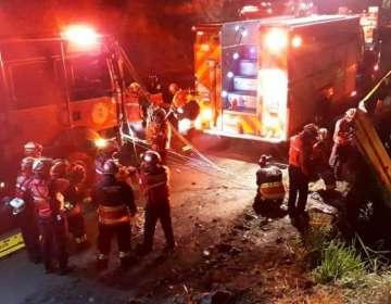 Cuatro horas después del accidente, los bomberos permanecían en el sitio tratando de extraer los cuerpos. Foto: Bomberos Quito