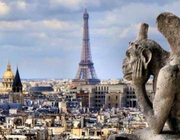 """""""Vigilando"""" la ciudad de París, se erige una gárgola en forma de mono alado en las alturas de Notre Dame."""