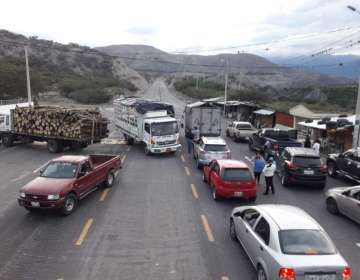 Dos camiones rompen cerco de seguridad y se dan a la fuga.  Foto: Twitter