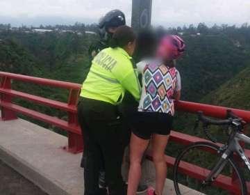 Junto a los agentes policiales estuvo una ciclista que ayudó en la situación. Foto: Policía Nacional