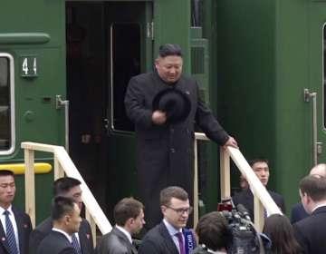 Kim Jong Un baja de un tren a su llegada a la estación de Khasan, en la región de Primorye, Rusia, el 24 de abril. Foto: AP