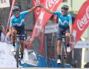 Carapaz (izquierda) junto a su compañero de equipo.