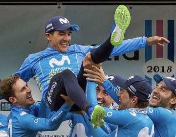 Carapaz es levantado por sus compañeros del Movistar Team.