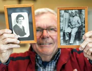 Andre Gantois muestra fotos de su madre Irene Gantois y de su padre Wilburn Henderson en Ludres, Francia. Foto: AP
