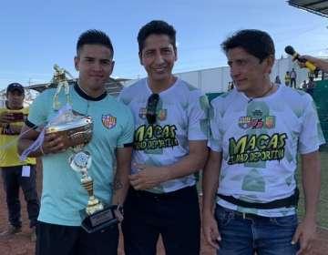 Wacho Vera recibiendo el trofeo ganado por Barcelona. Foto: Twitter BSC.