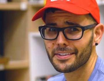 El periodista Carlos Maza denuncia sufrir ataques online continuos por su orientación sexual y origen latino.