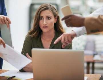 El estrés laboral impacta de manera negativa la creatividad en el trabajo.