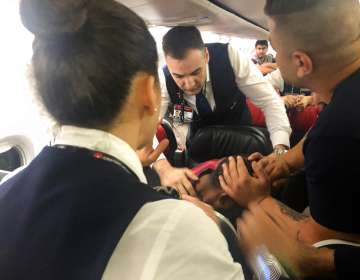 Pasajeros someten a un hombre alterado durante vuelo a Sudán. Foto: AP