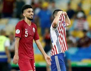 Jugador paraguayo se tapa la cara con su camiseta por gol de Catar.
