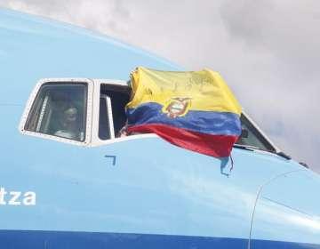 Bandera de Ecuador sale por el avión. Foto: API.