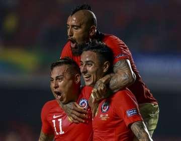 Jugadores de Chile festejan un tanto contra Japón.