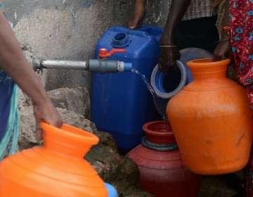 Se hace un sorteo para determinar el orden para sacar agua. Foto: AFP