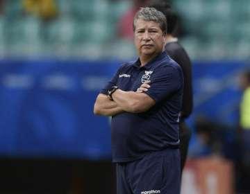 El entrenador de la selección ecuatoriana habló con los medios previo al duelo con Japón. Foto: JUAN MABROMATA / AFP