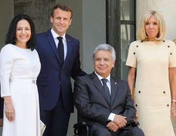 Moreno y Macron estuvieron acompañados por sus respectivas esposas, Rocío González y Brigitte Macron. Foto: AFP