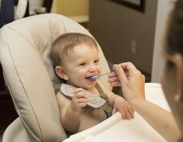 Los alimentos para bebé tienen demasiado azúcar, advierte la OMS. Foto: Pixabay