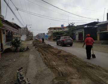 SALITRE, Ecuador.- Personal del Cuerpo de Bomberos tuvo que esparcir cal y arena para mitigar el fuerte olor. Foto: Diego Cuenca