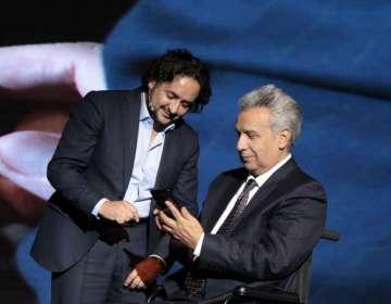 QUITO.- El presidente Lenin Moreno y Andrés Michelena (Mintel) realizaron una prueba de experiencia 5G. Foto: Cortesía