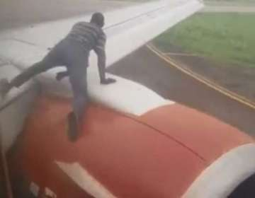 Se subió al ala de un avión cuando iba a despegar. Foto: Captura de video