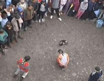 IMBABURA.- Los tres sujetos de nacionalidad venezolana fueron capturados por miembros de la comunidad. Foto: Captura de video