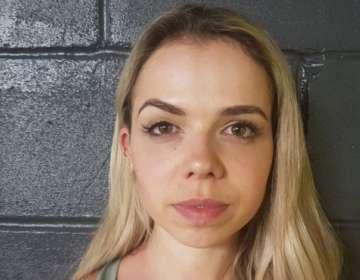 """Naomi Macarthur dice que tras la cirugía estética, comenzó a sufrir """"síntomas espantosos""""."""