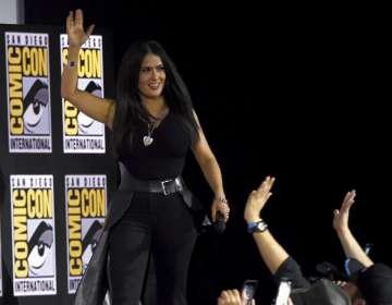 SAN DIEGO, EEUU.- Salma Hayek saluda a los fans al subir al escenario para la conferencia en la Comic-Con. Foto: AP