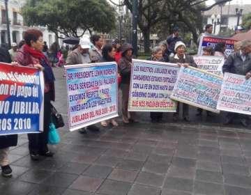 QUITO, Ecuador.- Decenas de jubilados protestaron este martes 23 de julio en el exterior del Palacio de Carondelet. Foto: Corape