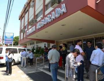 Familiares del abogado Llerana esperaban información sobre su estado en los exteriores de una clínica en Guayaquil. Foto: API