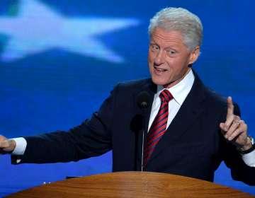 El exmandatario de EEUU aparece con vestido azul y tacos rojos. Foto: Archivo AFP