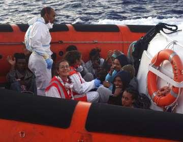 Un grupo de migrantes es evacuado del barco de rescate de la ONG Open Arms. Foto: AP