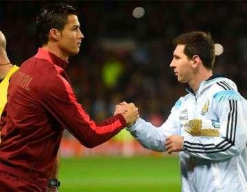 Cristiano Ronaldo saludando a Lionel Messi.