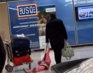 Arrastraba a su hija en un aeropuerto y lo captó una cámara