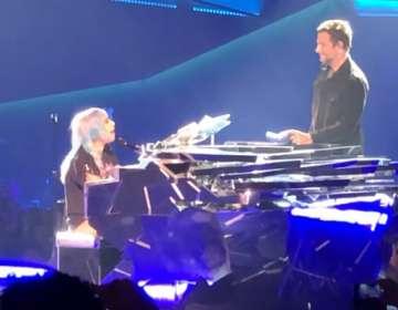 """Bradley Cooper y Lady Gaga sorprenden en vivo con """"Shallow"""""""