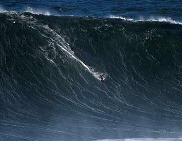 El rescate de un surfista en medio de olas gigantescas