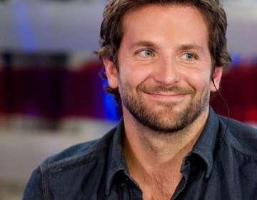 Bradley Cooper protagonizó épico y familiar photobomb en la playa
