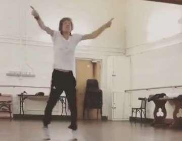 Mick Jagger causa furor en redes con impactante baile