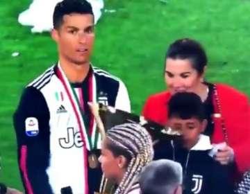 El jugador movió el trofeo y golpeó sin querer a su hijo.