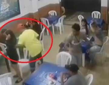 Asalta en 30 segundos a 10 clientes de un restaurante en Guayaquil