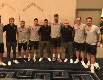 El reencuentro de Iniesta y Villa con los jugadores del Barcelona.