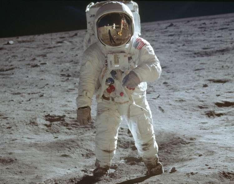 El astronauta Buzz Aldrin, camina sobre la superficie de la Luna durante la fase de exploración de la misión Apolo 11.