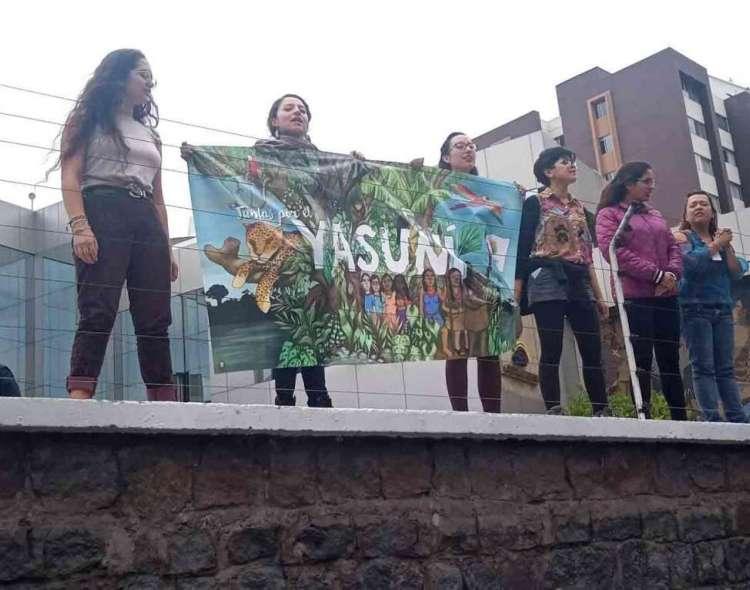 QUITO, Ecuador.- Por segundo día consecutivo, las Yasunidas se toman los exteriores del CNE. Foto: Twitter