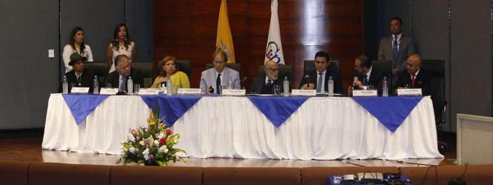 ECUADOR.- En la última sesión del CPCCS transitorio, sus integrantes recibieron improperios de varios asistentes. Foto: API