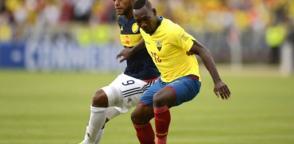 Walter Ayoví (d.) es uno de los jugadores más criticados de la selección ecuatoriana. Foto: AFP