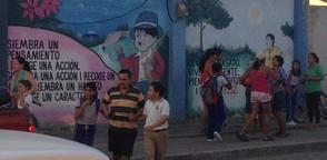 ROCAFUERTE, Ecuador.- En la gráfica, padre recogiendo a sus hijos tras el evento. Foto: ECU 911.