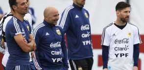 El seleccionador argentino junto a parte de la plantilla albiceleste durante un entrenamiento en Rusia. Foto: AFP