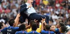 MOSCÚ, Rusia.- Didier Deschamps fue levantado por sus dirigidos celebrando su triunfo como campeón del Mundial. Foto: AFP