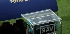 El árbitro Néstor Pitana pitó un penal con la ayuda del videoarbitraje. Foto: Adrian DENNIS / AFP