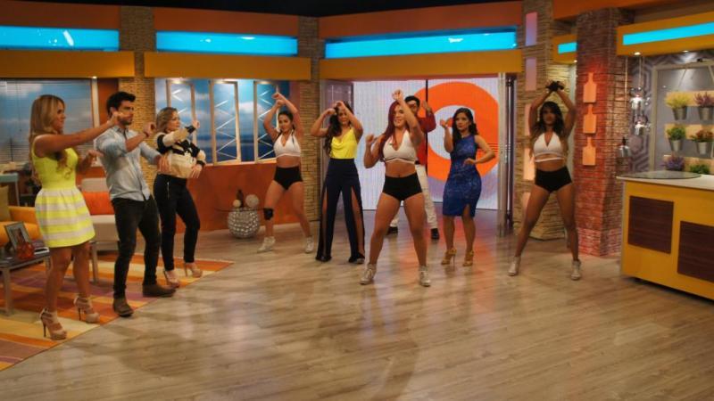 Los Latinos enseñando unos pasos de baile a los presentadores. Foto: Ecuavisa
