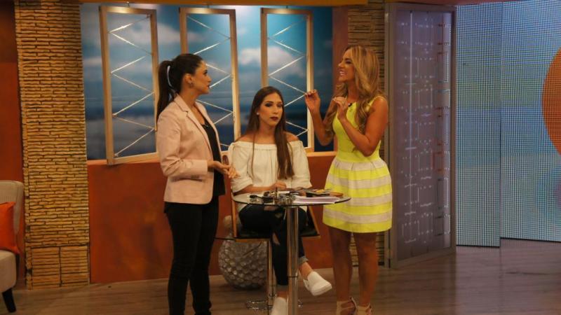 Andrea Navarrete, maquilladora, nos enseña trucos de belleza junto a Gabriela Pazmiño. Foto: Ecuavisa